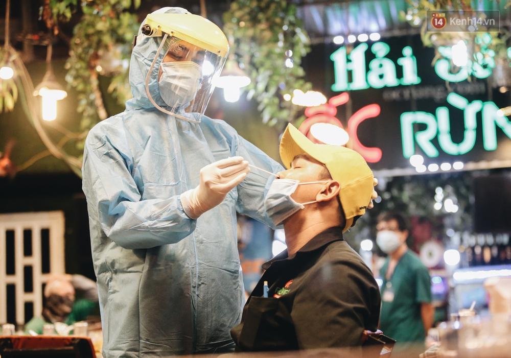 Đang nhậu ở Sài Gòn thì bất ngờ được lấy mẫu xét nghiệm Covid-19: Người thích thú, người lo lắng định bỏ về - Ảnh 8.