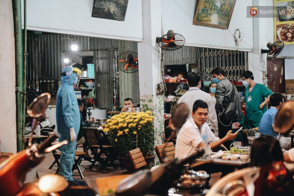 Đang nhậu ở Sài Gòn thì bất ngờ được lấy mẫu xét nghiệm Covid-19: Người thích thú, người lo lắng định bỏ về - Ảnh 2.