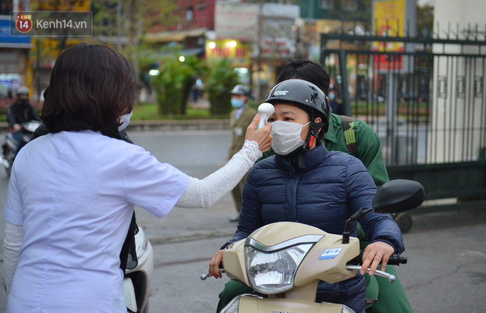 Ảnh: Nữ sinh Sư phạm khóc nức nở, từ TP.HCM ra Hà Nội tiễn người yêu lên đường nhập ngũ - Ảnh 3.