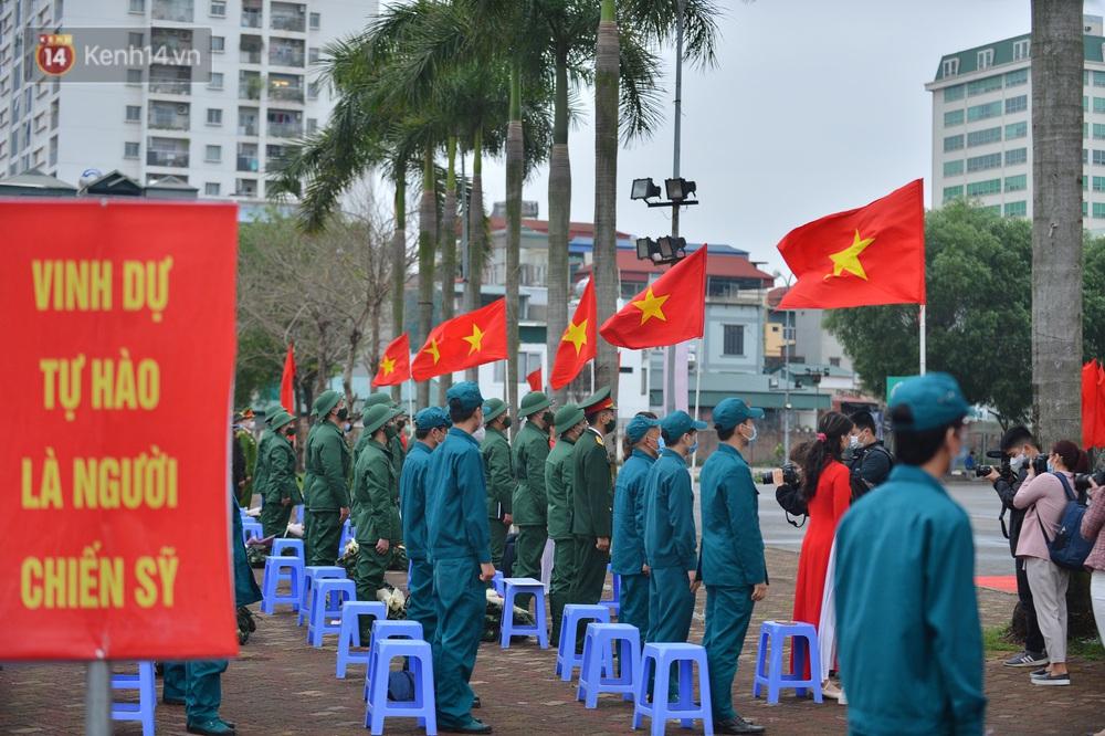 Ảnh: Nữ sinh Sư phạm khóc nức nở, từ TP.HCM ra Hà Nội tiễn người yêu lên đường nhập ngũ - Ảnh 2.