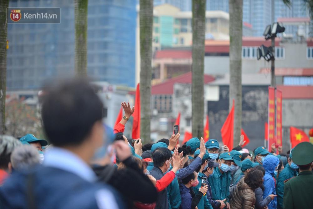 Ảnh: Nữ sinh Sư phạm khóc nức nở, từ TP.HCM ra Hà Nội tiễn người yêu lên đường nhập ngũ - Ảnh 8.