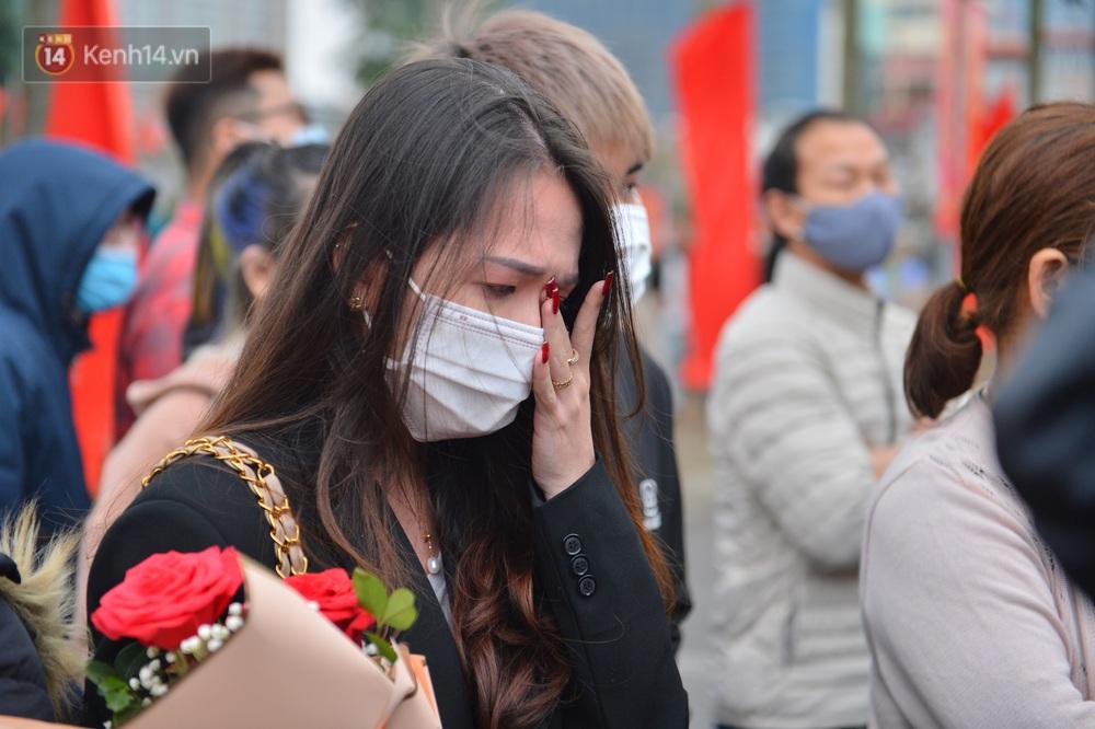 Ảnh: Nữ sinh Sư phạm khóc nức nở, từ TP.HCM ra Hà Nội tiễn người yêu lên đường nhập ngũ - Ảnh 14.