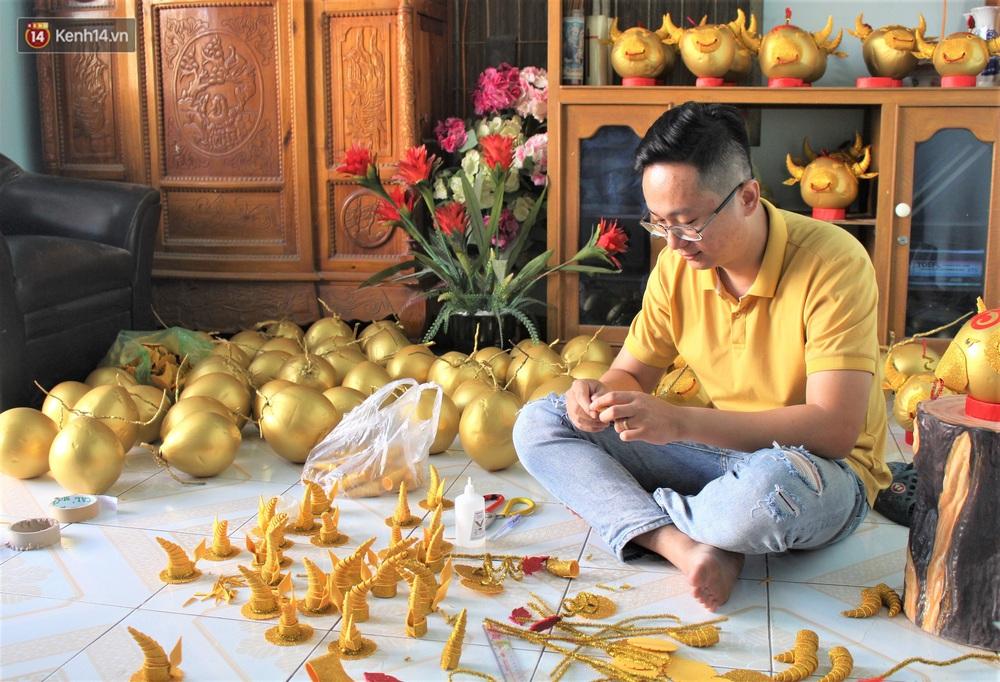 Nhóm bạn trẻ làm trâu vàng từ quả dừa để gây quỹ giúp người nghèo ăn Tết - Ảnh 3.