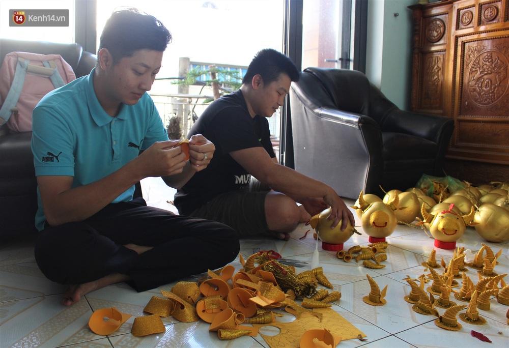 Nhóm bạn trẻ làm trâu vàng từ quả dừa để gây quỹ giúp người nghèo ăn Tết - Ảnh 1.