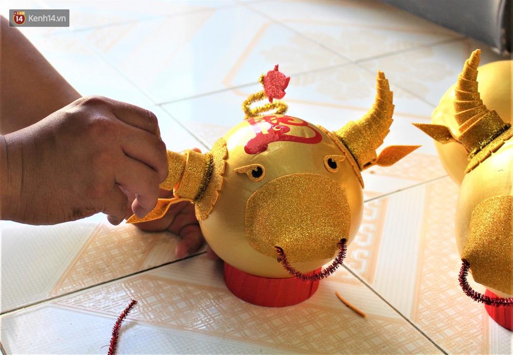 Nhóm bạn trẻ làm trâu vàng từ quả dừa để gây quỹ giúp người nghèo ăn Tết - Ảnh 8.