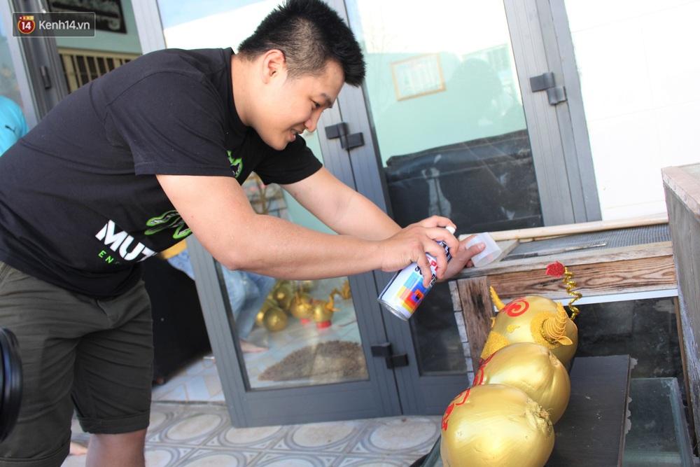 Nhóm bạn trẻ làm trâu vàng từ quả dừa để gây quỹ giúp người nghèo ăn Tết - Ảnh 5.