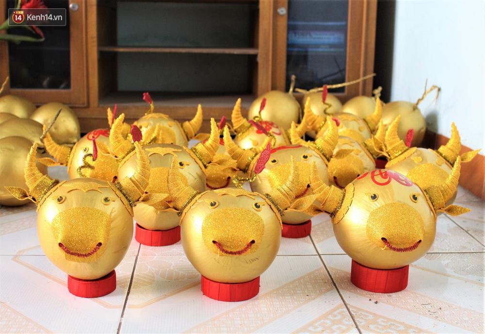 Nhóm bạn trẻ làm trâu vàng từ quả dừa để gây quỹ giúp người nghèo ăn Tết - Ảnh 2.