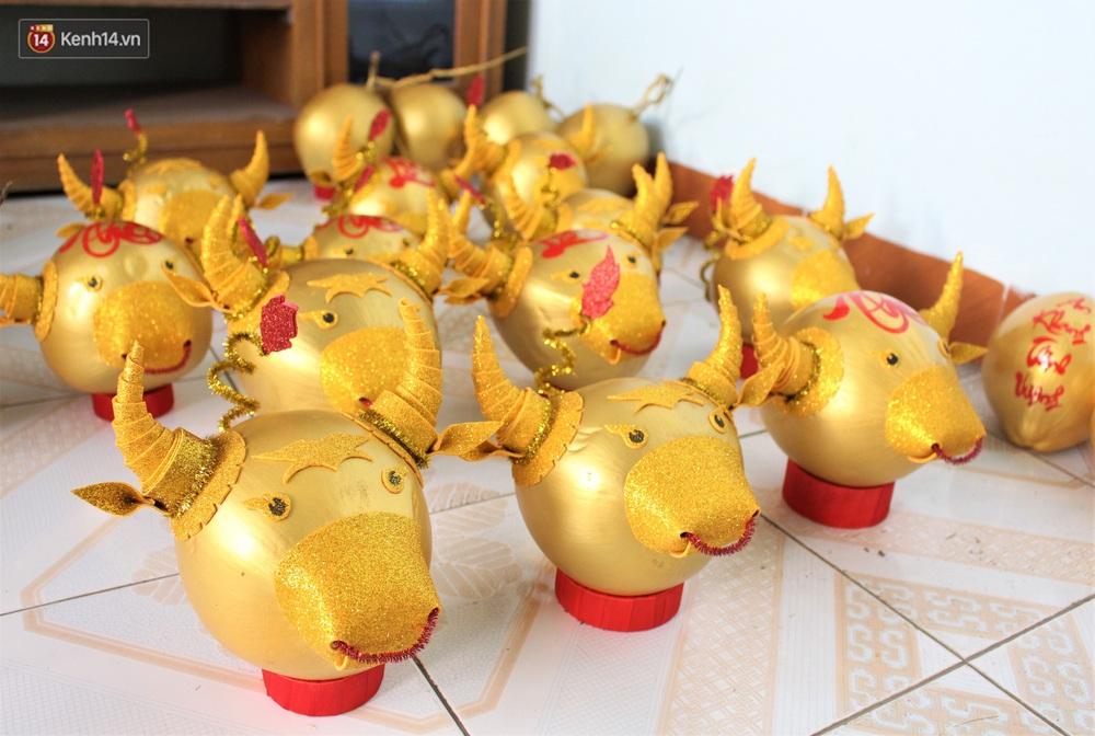 Nhóm bạn trẻ làm trâu vàng từ quả dừa để gây quỹ giúp người nghèo ăn Tết - Ảnh 12.