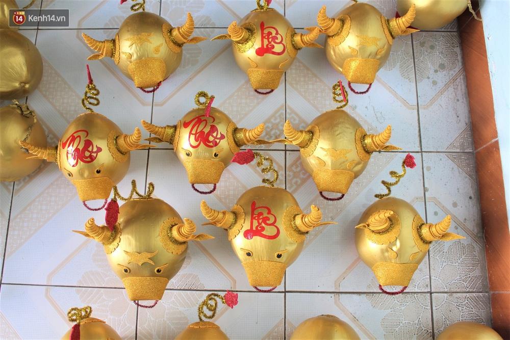 Nhóm bạn trẻ làm trâu vàng từ quả dừa để gây quỹ giúp người nghèo ăn Tết - Ảnh 9.