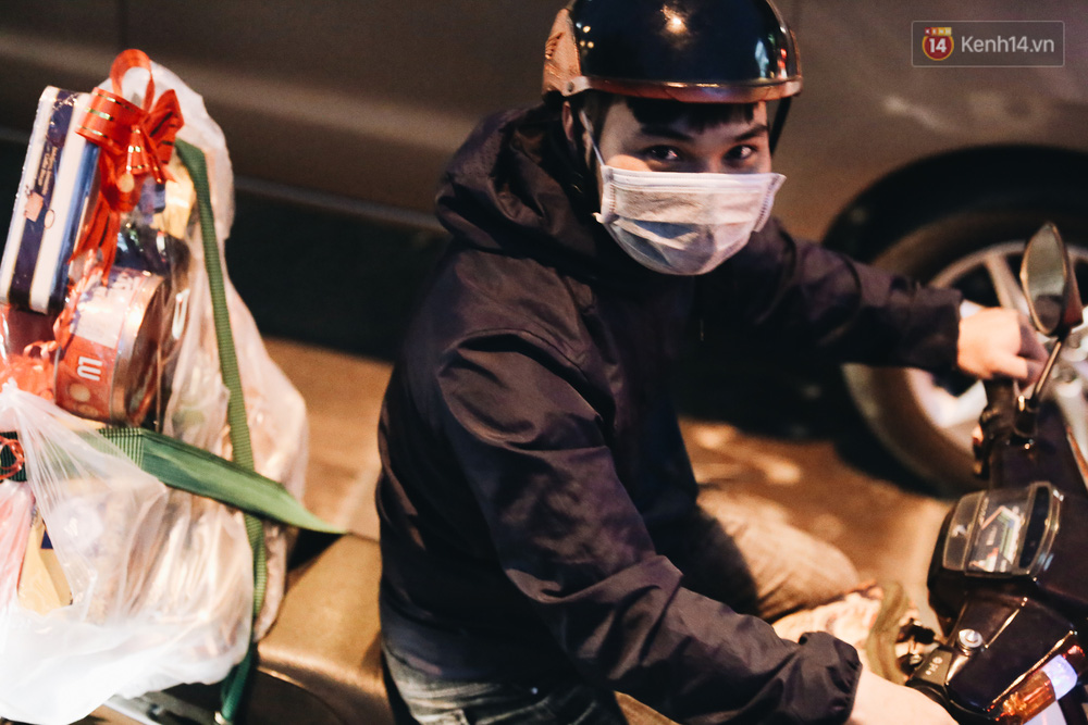 Cửa ngõ kẹt xe nghiêm trọng, hành khách kéo vali đi bộ đến bến xe Miền Đông về quê ăn Tết - Ảnh 5.