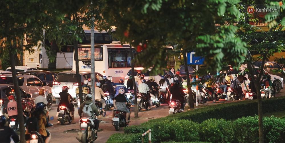 Cửa ngõ kẹt xe nghiêm trọng, hành khách kéo vali đi bộ đến bến xe Miền Đông về quê ăn Tết - Ảnh 8.