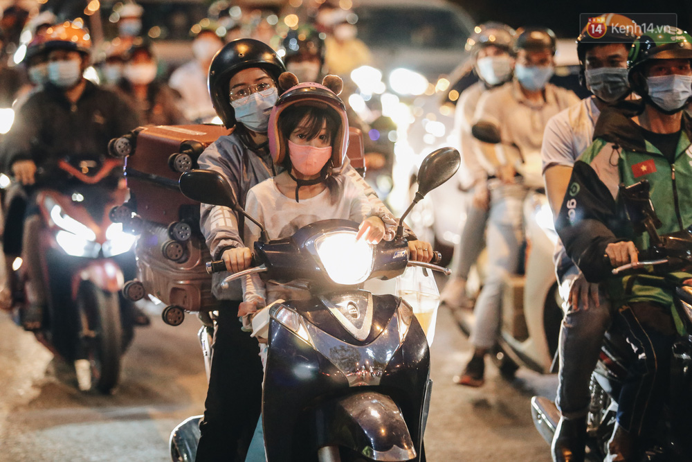 Cửa ngõ kẹt xe nghiêm trọng, hành khách kéo vali đi bộ đến bến xe Miền Đông về quê ăn Tết - Ảnh 4.