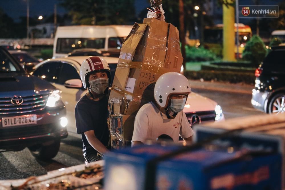 Cửa ngõ kẹt xe nghiêm trọng, hành khách kéo vali đi bộ đến bến xe Miền Đông về quê ăn Tết - Ảnh 6.
