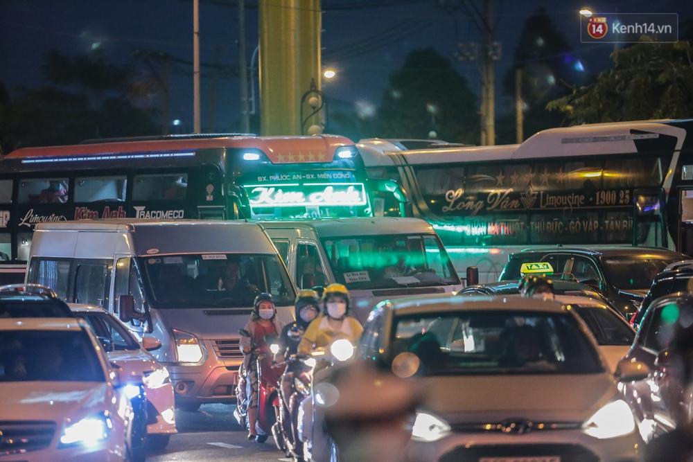 Cửa ngõ kẹt xe nghiêm trọng, hành khách kéo vali đi bộ đến bến xe Miền Đông về quê ăn Tết - Ảnh 10.