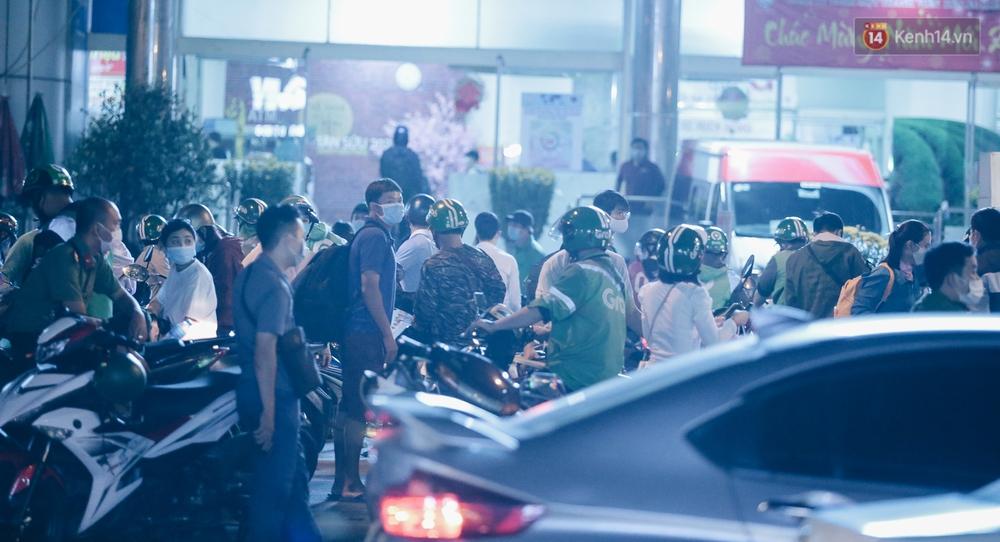 Cửa ngõ kẹt xe nghiêm trọng, hành khách kéo vali đi bộ đến bến xe Miền Đông về quê ăn Tết - Ảnh 11.