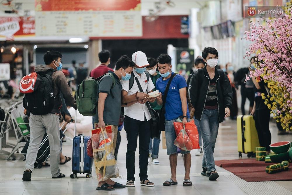 Cửa ngõ kẹt xe nghiêm trọng, hành khách kéo vali đi bộ đến bến xe Miền Đông về quê ăn Tết - Ảnh 13.