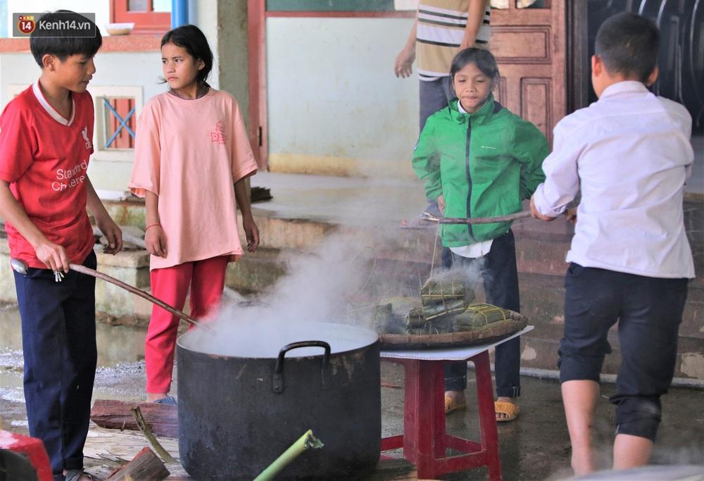 Ảnh: Thầy trò vùng sạt lở Trà Leng háo hức đỏ lửa gói bánh chưng ăn Tết - Ảnh 15.