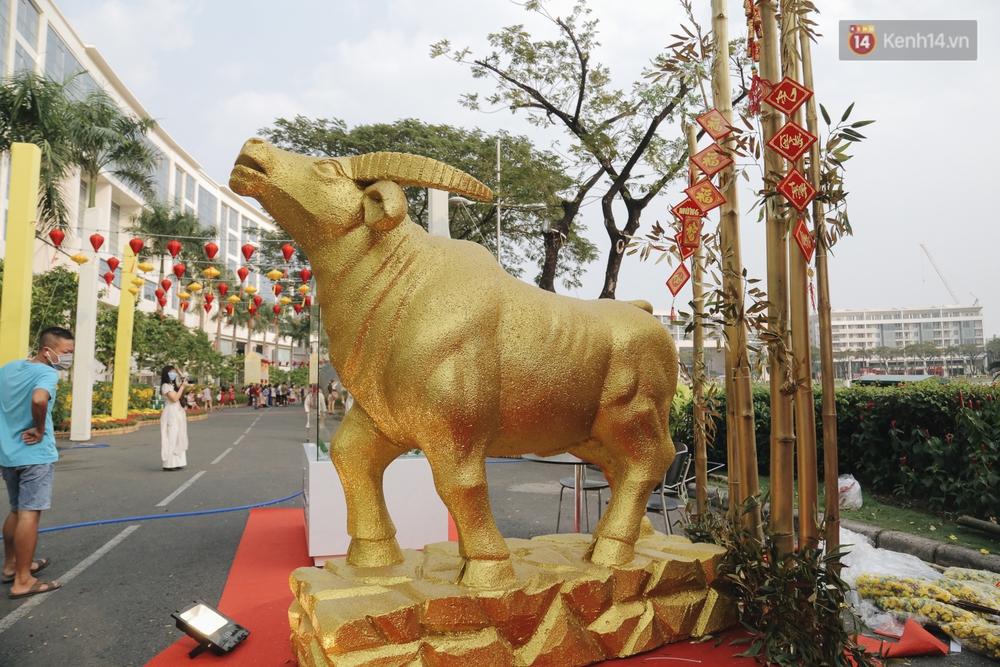 Cận cảnh đường hoa Tết Tân Sửu 2021 phong cách tối giản tại phố nhà giàu Sài Gòn - Ảnh 2.