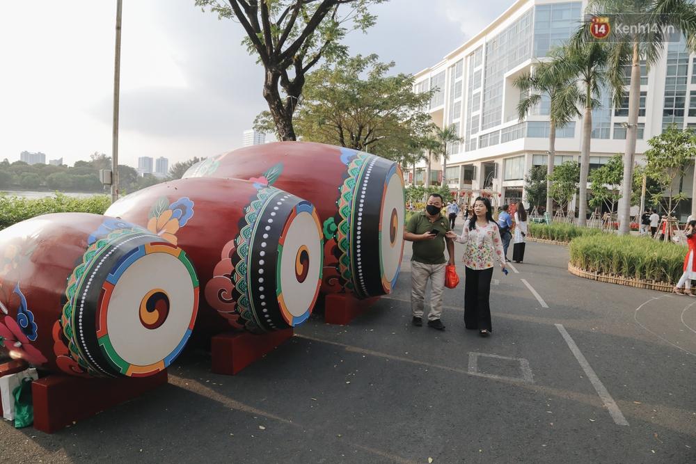 Cận cảnh đường hoa Tết Tân Sửu 2021 phong cách tối giản tại phố nhà giàu Sài Gòn - Ảnh 11.