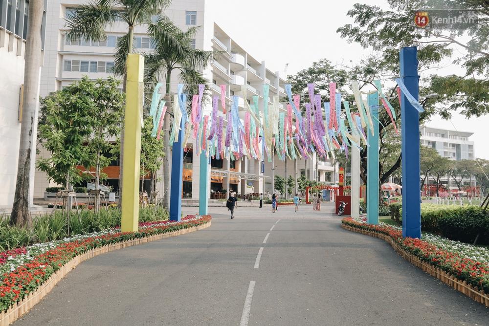Cận cảnh đường hoa Tết Tân Sửu 2021 phong cách tối giản tại phố nhà giàu Sài Gòn - Ảnh 5.