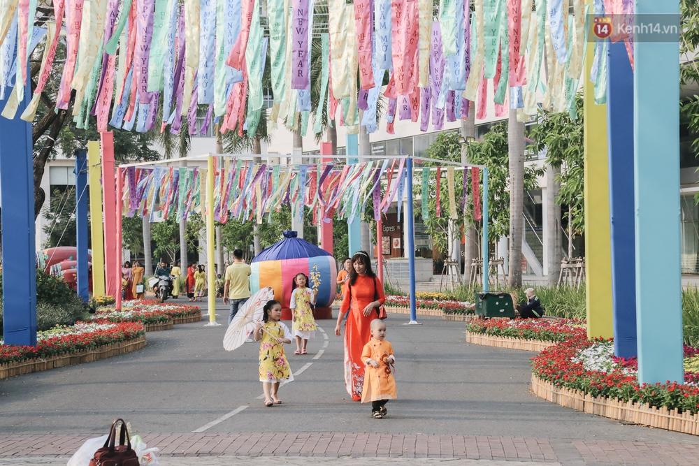 Cận cảnh đường hoa Tết Tân Sửu 2021 phong cách tối giản tại phố nhà giàu Sài Gòn - Ảnh 6.