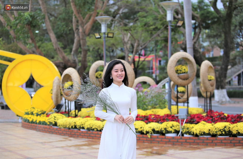 Người Đà Nẵng hào hứng check in đường hoa Xuân hơn 10 tỷ đồng dọc bờ sông Hàn - Ảnh 10.