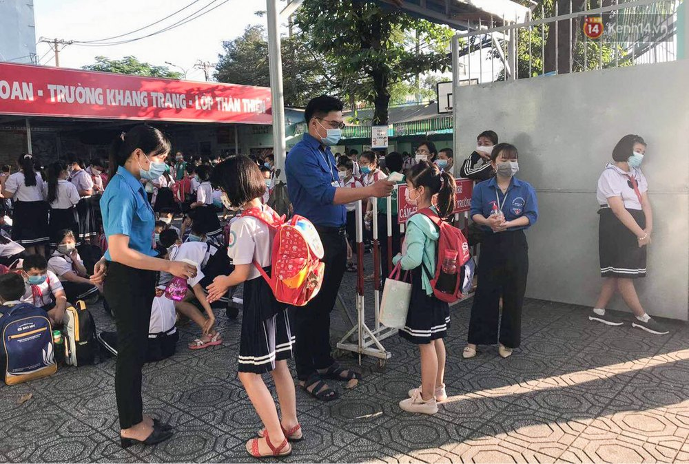 Chùm ảnh: Học sinh mệt mỏi vì đường phố Sài Gòn ùn tắc kinh hoàng trong ngày trở lại trường sau thời gian nghỉ dịch Covid-19 - Ảnh 18.