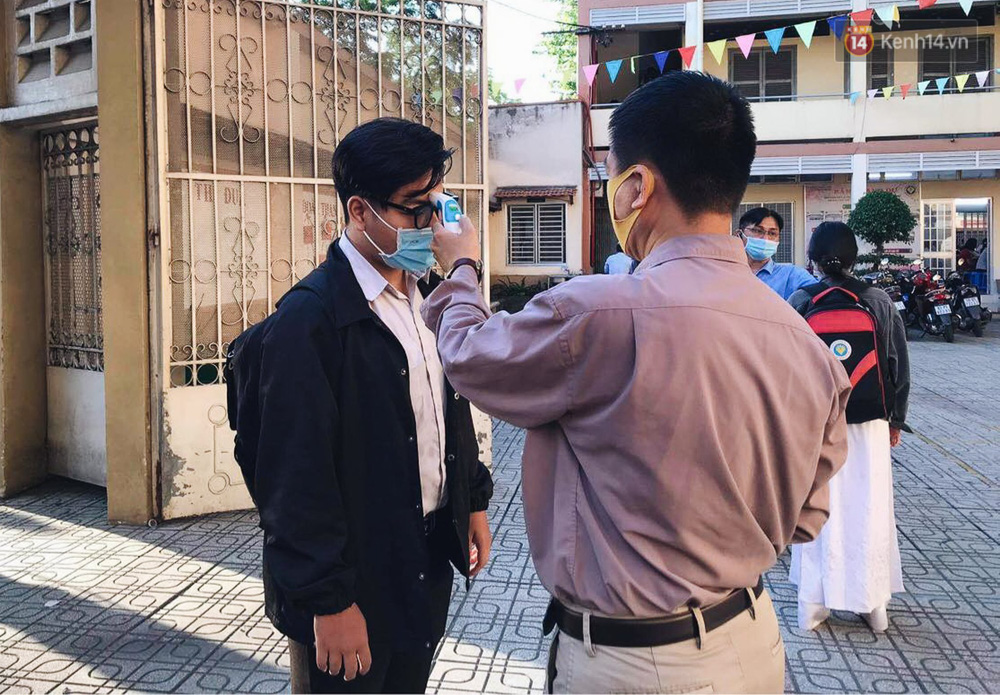 Chùm ảnh: Học sinh mệt mỏi vì đường phố Sài Gòn ùn tắc kinh hoàng trong ngày trở lại trường sau thời gian nghỉ dịch Covid-19 - Ảnh 19.