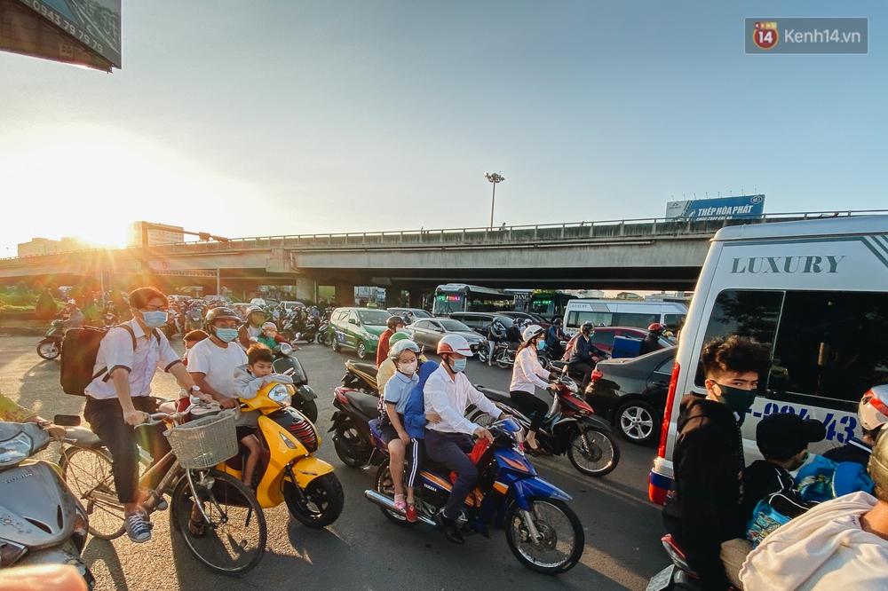 Chùm ảnh: Học sinh mệt mỏi vì đường phố Sài Gòn ùn tắc kinh hoàng trong ngày trở lại trường sau thời gian nghỉ dịch Covid-19 - Ảnh 9.