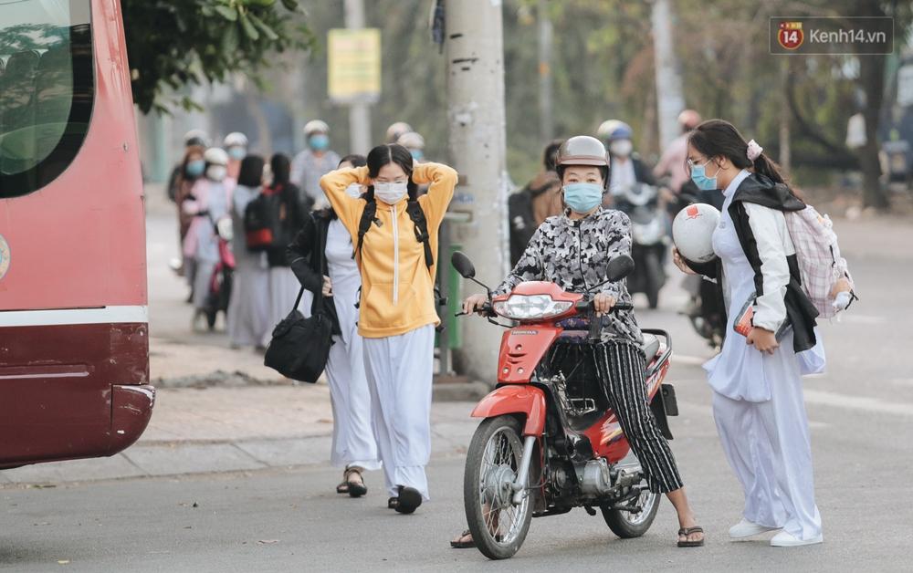 Chùm ảnh: Học sinh mệt mỏi vì đường phố Sài Gòn ùn tắc kinh hoàng trong ngày trở lại trường sau thời gian nghỉ dịch Covid-19 - Ảnh 15.