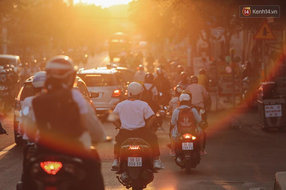 Chùm ảnh: Học sinh mệt mỏi vì đường phố Sài Gòn ùn tắc kinh hoàng trong ngày trở lại trường sau thời gian nghỉ dịch Covid-19 - Ảnh 14.