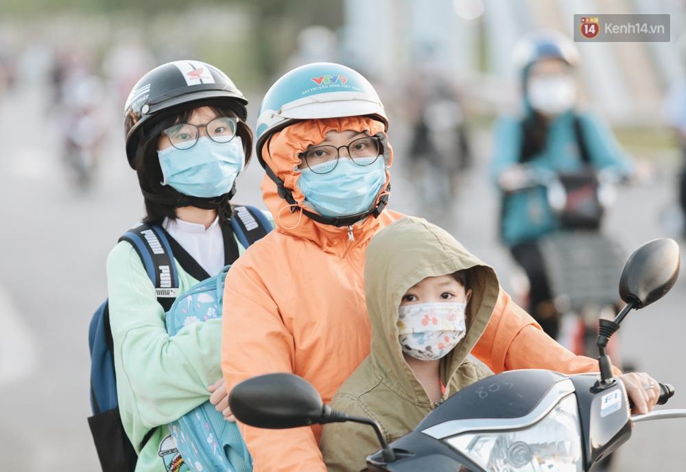 Chùm ảnh: Học sinh mệt mỏi vì đường phố Sài Gòn ùn tắc kinh hoàng trong ngày trở lại trường sau thời gian nghỉ dịch Covid-19 - Ảnh 13.