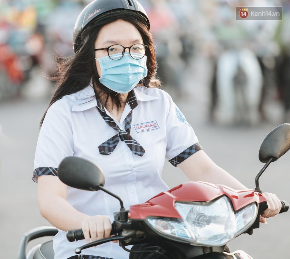 Chùm ảnh: Học sinh mệt mỏi vì đường phố Sài Gòn ùn tắc kinh hoàng trong ngày trở lại trường sau thời gian nghỉ dịch Covid-19 - Ảnh 11.
