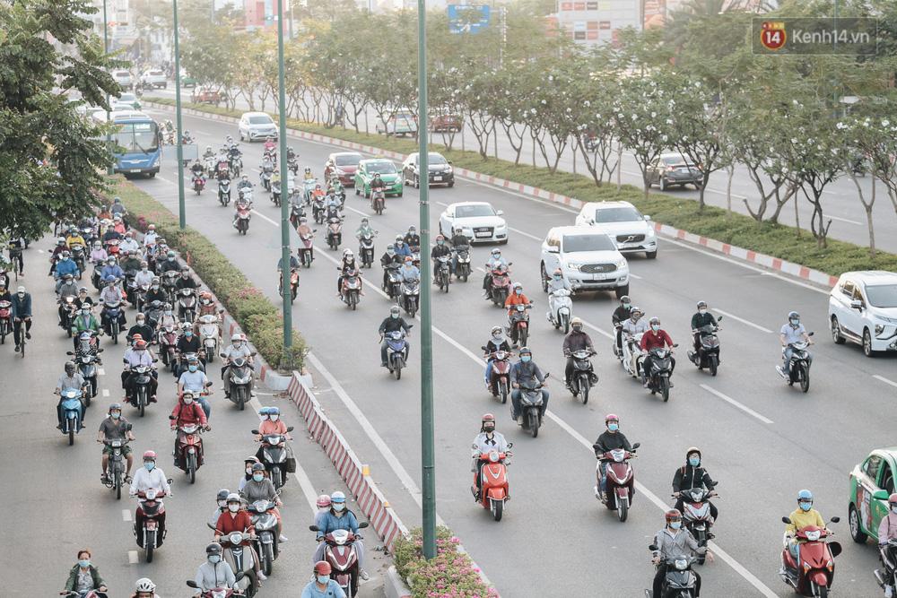 Chùm ảnh: Học sinh mệt mỏi vì đường phố Sài Gòn ùn tắc kinh hoàng trong ngày trở lại trường sau thời gian nghỉ dịch Covid-19 - Ảnh 1.