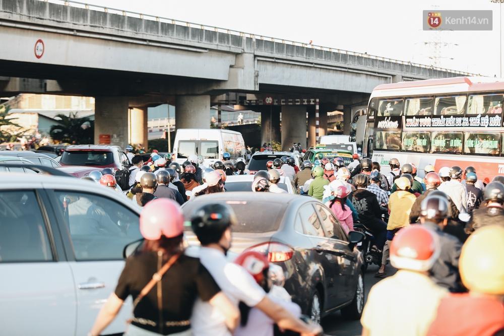 Chùm ảnh: Học sinh mệt mỏi vì đường phố Sài Gòn ùn tắc kinh hoàng trong ngày trở lại trường sau thời gian nghỉ dịch Covid-19 - Ảnh 5.