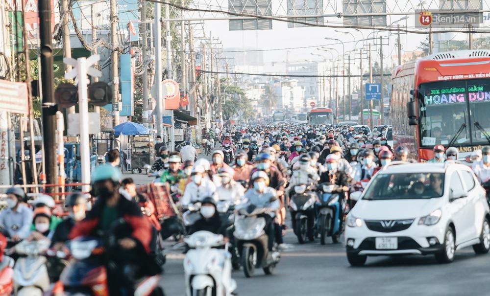 Chùm ảnh: Học sinh mệt mỏi vì đường phố Sài Gòn ùn tắc kinh hoàng trong ngày trở lại trường sau thời gian nghỉ dịch Covid-19 - Ảnh 2.