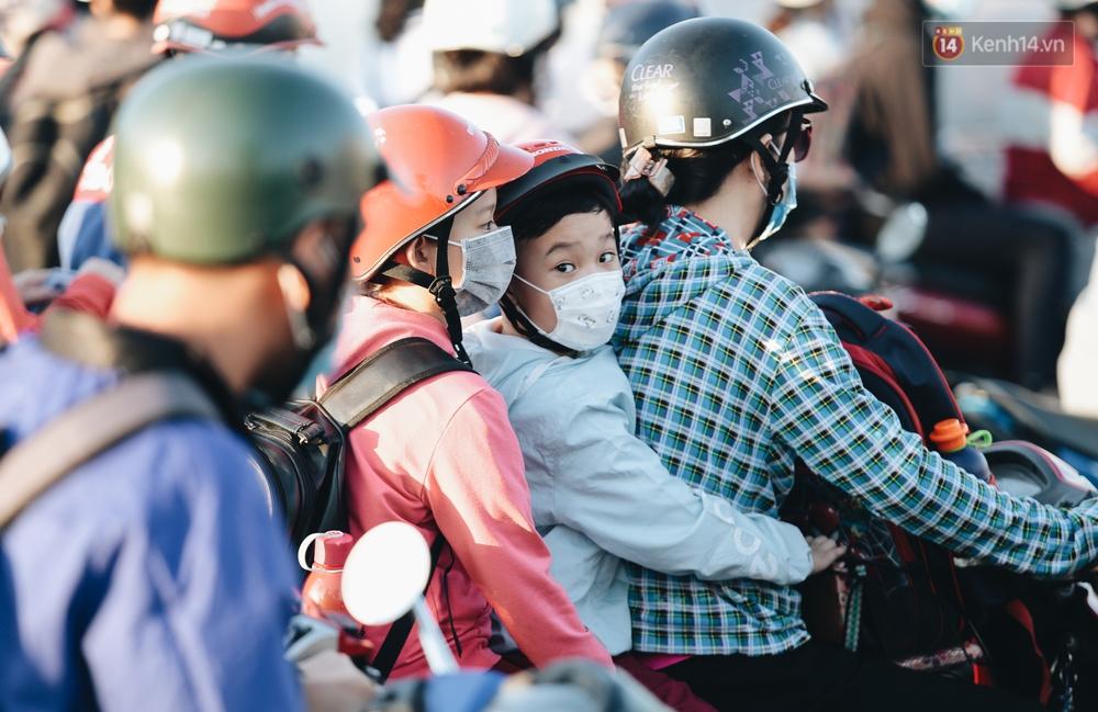 Chùm ảnh: Học sinh mệt mỏi vì đường phố Sài Gòn ùn tắc kinh hoàng trong ngày trở lại trường sau thời gian nghỉ dịch Covid-19 - Ảnh 10.