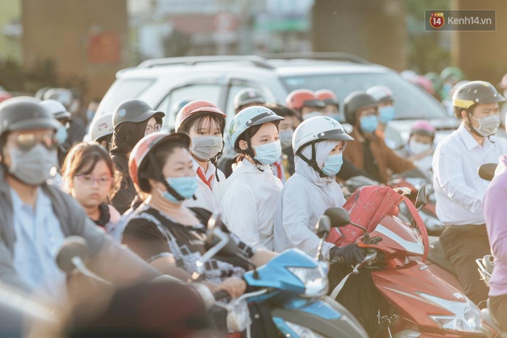 Chùm ảnh: Học sinh mệt mỏi vì đường phố Sài Gòn ùn tắc kinh hoàng trong ngày trở lại trường sau thời gian nghỉ dịch Covid-19 - Ảnh 6.
