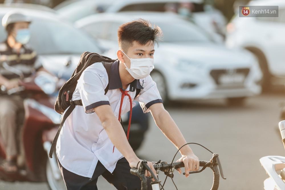 Chùm ảnh: Học sinh mệt mỏi vì đường phố Sài Gòn ùn tắc kinh hoàng trong ngày trở lại trường sau thời gian nghỉ dịch Covid-19 - Ảnh 12.