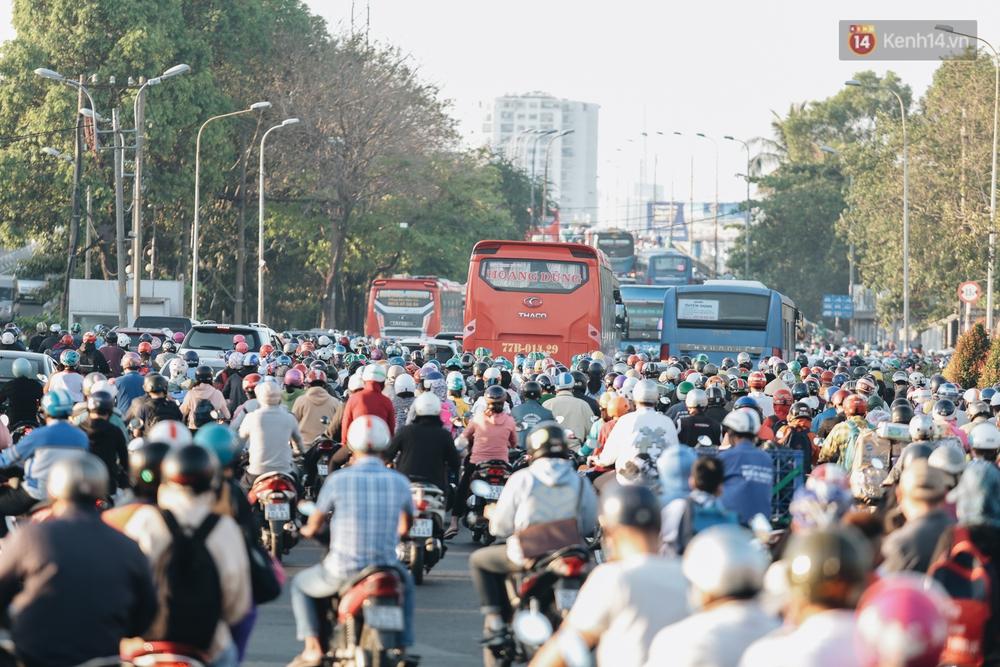 Chùm ảnh: Học sinh mệt mỏi vì đường phố Sài Gòn ùn tắc kinh hoàng trong ngày trở lại trường sau thời gian nghỉ dịch Covid-19 - Ảnh 3.