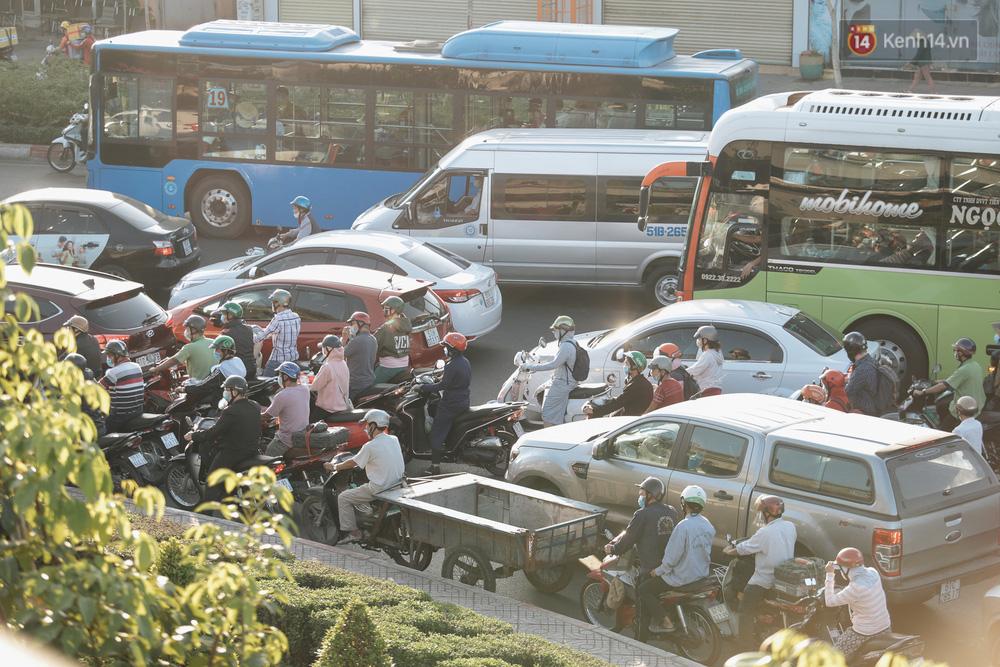 Chùm ảnh: Học sinh mệt mỏi vì đường phố Sài Gòn ùn tắc kinh hoàng trong ngày trở lại trường sau thời gian nghỉ dịch Covid-19 - Ảnh 4.
