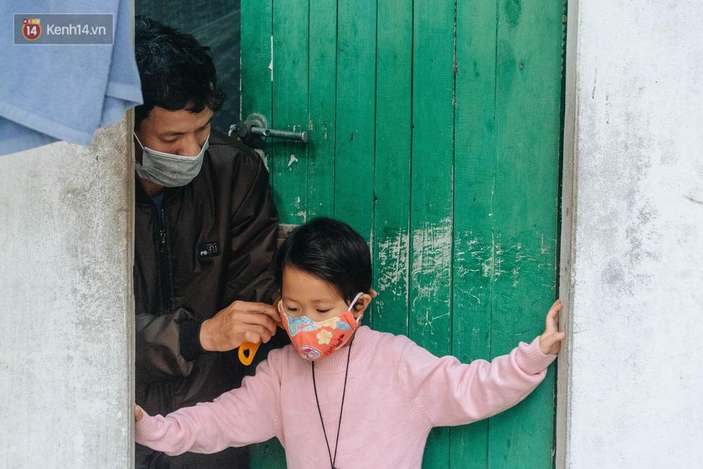 Cuộc sống hiện tại của người bố địu con bán bọc chân chống xe máy ở Hà Nội: Bé gái đã được đến trường - Ảnh 8.