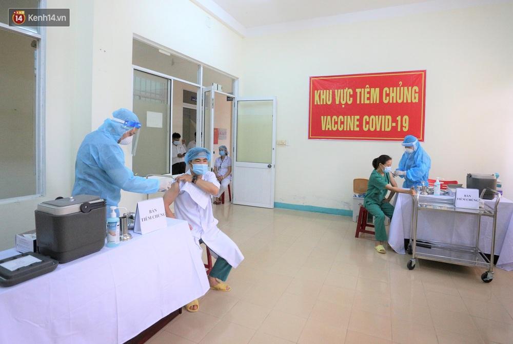 Ảnh: Những người đầu tiên ở Đà Nẵng được tiêm vắc xin Covid-19 - Ảnh 1.