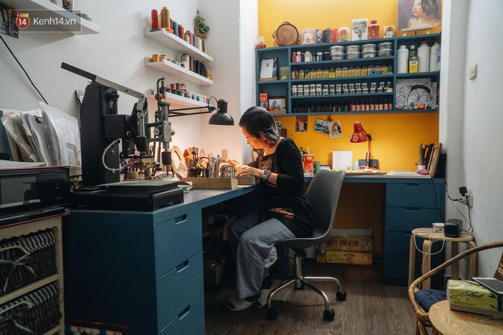 Bỏ công việc thiết kế, cô gái Hà Nội bắt đầu sự nghiệp điêu khắc kỳ lạ từ... miếng da vụn được cho - Ảnh 16.