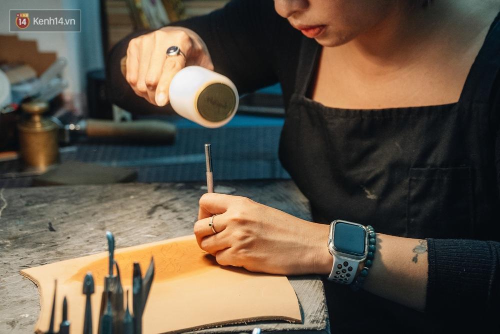 Bỏ công việc thiết kế, cô gái Hà Nội bắt đầu sự nghiệp điêu khắc kỳ lạ từ... miếng da vụn được cho - Ảnh 11.