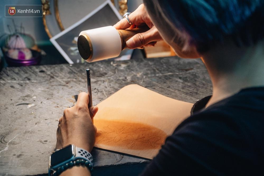 Bỏ công việc thiết kế, cô gái Hà Nội bắt đầu sự nghiệp điêu khắc kỳ lạ từ... miếng da vụn được cho - Ảnh 1.