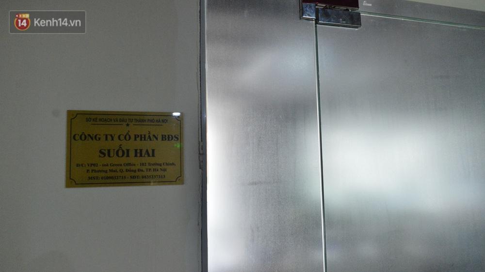 Chùm ảnh hiện trường vụ đôi nam nữ rơi từ tầng 2 chung cư ở Hà Nội: Vị trí rơi ngay sát cửa ra vào - Ảnh 5.