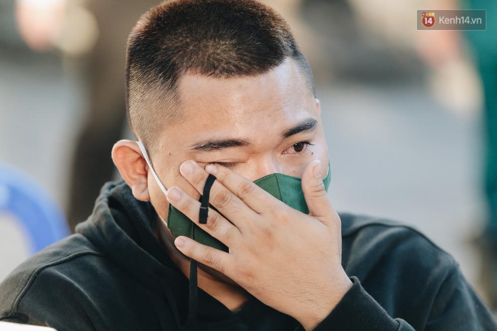 Thanh niên TP.HCM lên đường nhập ngũ: Người khóc nghẹn vì vừa chia tay bạn gái, người hạnh phúc khi được trao nụ hôn đầu tiên - Ảnh 6.