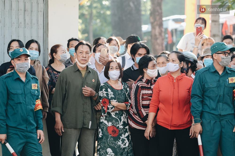 Chùm ảnh: Những người mẹ ở TP.HCM bật khóc nghẹn ngào tiễn con lên đường nhập ngũ - Ảnh 1.