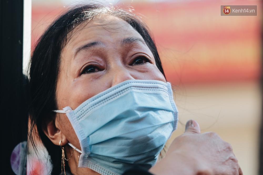 Chùm ảnh: Những người mẹ ở TP.HCM bật khóc nghẹn ngào tiễn con lên đường nhập ngũ - Ảnh 6.